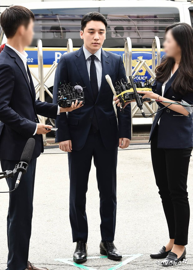 Sau 2 tháng, Seungri chính thức trình diện cảnh sát vì cáo buộc thứ 8: Cúi đầu xin lỗi, biểu cảm và sắc mặt gây chú ý - Ảnh 4.
