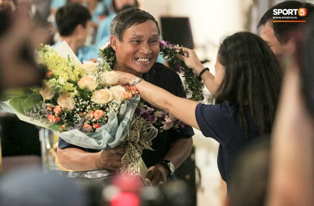 Tuyển thủ nữ Việt Nam ngượng ngùng vì không quen về nước trong vòng vây người hâm mộ - Ảnh 2.