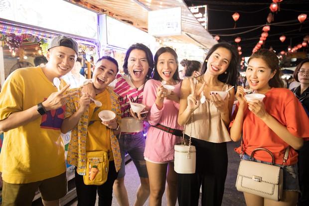 Thủy Tiên, Ngô Kiến Huy, Huỳnh Lập... ca hát, bán hàng, làm náo loạn chợ đêm Phú Quốc - Ảnh 5.