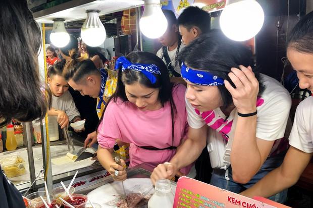 Thủy Tiên, Ngô Kiến Huy, Huỳnh Lập... ca hát, bán hàng, làm náo loạn chợ đêm Phú Quốc - Ảnh 8.