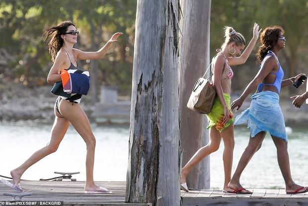 2 chân dài 9X siêu hot Kendall Jenner và Hailey đánh lẻ du lịch, cùng khoe dáng cực xịn trong bộ đồ bơi đốt mắt - Ảnh 1.