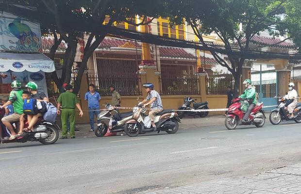 Khởi tố, bắt tạm giam 2 cha con trong vụ người đàn ông bị chém đứt lìa tay ở Sài Gòn - Ảnh 3.