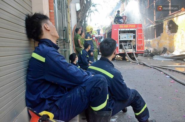 14 tiếng sau vụ cháy Rạng Đông, hàng chục lính cứu hỏa và xe chữa cháy vẫn bám trụ hiện trường để làm nhiệm vụ - Ảnh 7.