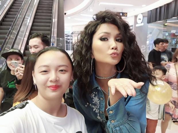 Tìm ra fan cuồng đỉnh nhất Việt Nam đạt kỷ lục selfie chung với hơn 100 celeb Việt, toàn những tên tuổi khủng showbiz - Ảnh 1.