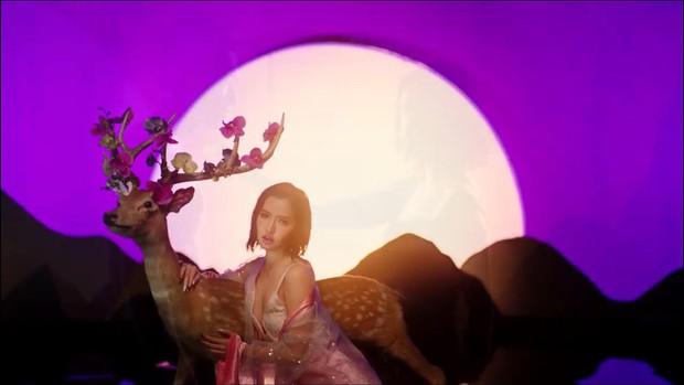 Giải mã MV Đi Đu Đưa Đi: Bích Phương hóa thân thành nữ thần Artemis trong thần thoại Hy Lạp, gợi mở mối tình đồng tính? - Ảnh 3.