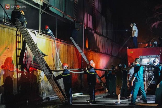 Toàn bộ nhà xưởng công ty phích nước Rạng Đông được quây kín bạt sau vụ cháy kinh hoàng - Ảnh 1.
