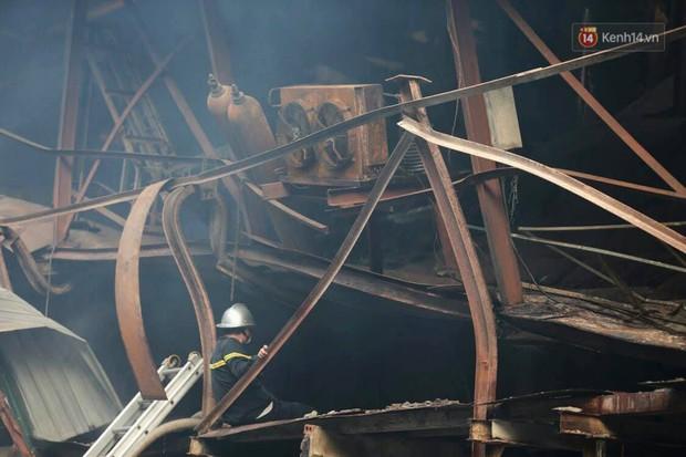 14 tiếng sau vụ cháy Rạng Đông, hàng chục lính cứu hỏa và xe chữa cháy vẫn bám trụ hiện trường để làm nhiệm vụ - Ảnh 13.