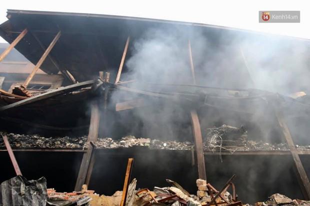 14 tiếng sau vụ cháy Rạng Đông, hàng chục lính cứu hỏa và xe chữa cháy vẫn bám trụ hiện trường để làm nhiệm vụ - Ảnh 14.