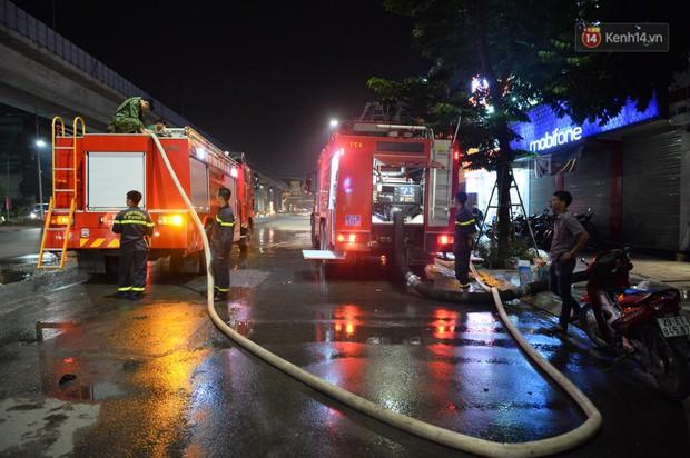 Nhà máy phích nước Rạng Đông chìm trong biển lửa suốt 5 tiếng: Lính cứu hỏa kiệt sức, khói đen bốc cao hàng trăm mét - Ảnh 43.