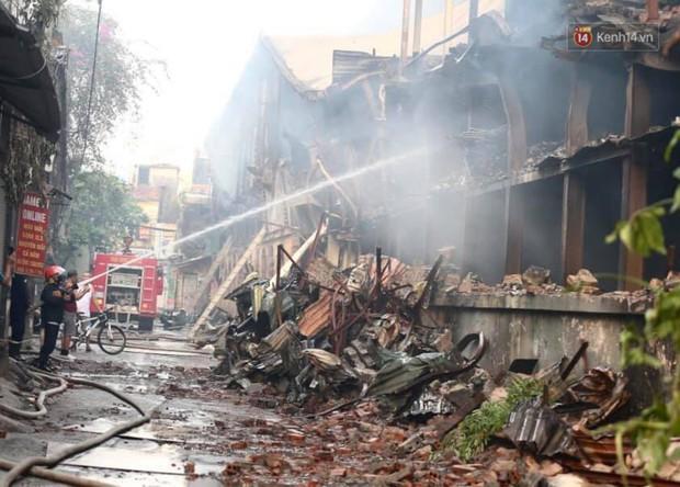 14 tiếng sau vụ cháy Rạng Đông, hàng chục lính cứu hỏa và xe chữa cháy vẫn bám trụ hiện trường để làm nhiệm vụ - Ảnh 3.