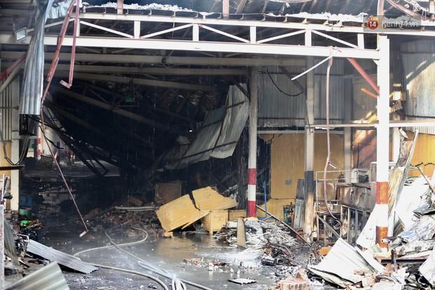 14 tiếng sau vụ cháy Rạng Đông, hàng chục lính cứu hỏa và xe chữa cháy vẫn bám trụ hiện trường để làm nhiệm vụ - Ảnh 11.