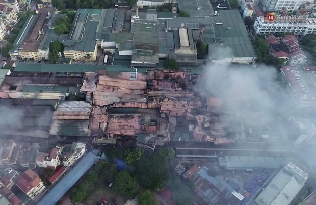 14 tiếng sau vụ cháy Rạng Đông, hàng chục lính cứu hỏa và xe chữa cháy vẫn bám trụ hiện trường để làm nhiệm vụ - Ảnh 16.
