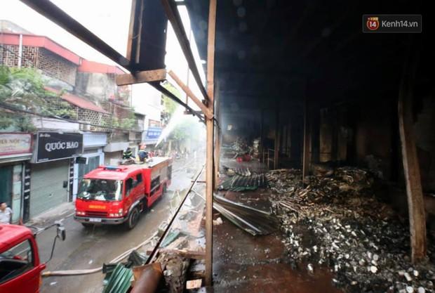 14 tiếng sau vụ cháy Rạng Đông, hàng chục lính cứu hỏa và xe chữa cháy vẫn bám trụ hiện trường để làm nhiệm vụ - Ảnh 2.
