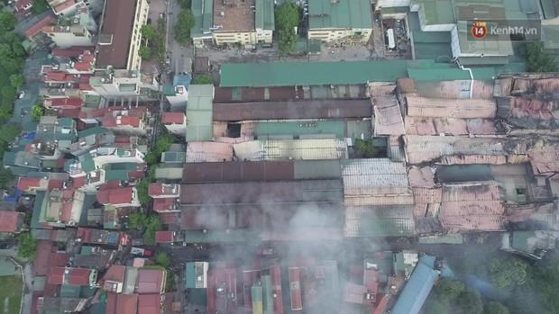 14 tiếng sau vụ cháy Rạng Đông, hàng chục lính cứu hỏa và xe chữa cháy vẫn bám trụ hiện trường để làm nhiệm vụ - Ảnh 15.