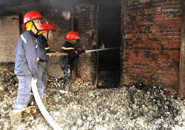 14 tiếng sau vụ cháy Rạng Đông, hàng chục lính cứu hỏa và xe chữa cháy vẫn bám trụ hiện trường để làm nhiệm vụ - Ảnh 5.