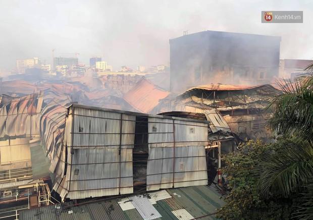 14 tiếng sau vụ cháy Rạng Đông, hàng chục lính cứu hỏa và xe chữa cháy vẫn bám trụ hiện trường để làm nhiệm vụ - Ảnh 10.
