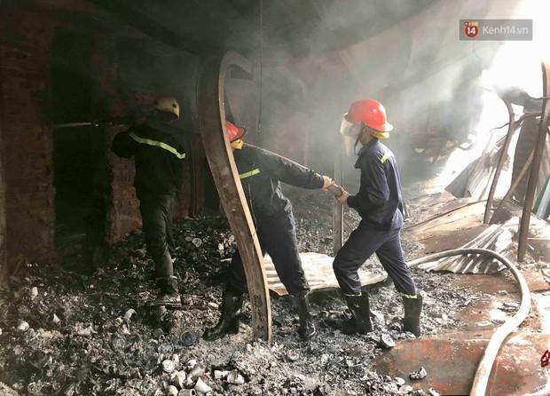 14 tiếng sau vụ cháy Rạng Đông, hàng chục lính cứu hỏa và xe chữa cháy vẫn bám trụ hiện trường để làm nhiệm vụ - Ảnh 4.