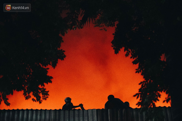"""""""Vụ cháy Rạng Đông"""" hơn 5 tiếng và tình người dân - người lính trong hoả hoạn: Cảm ơn những chiến sĩ dũng cảm - Ảnh 7."""