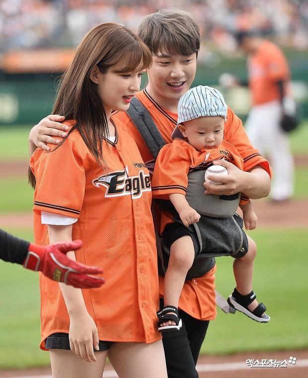 Cặp bố mẹ trẻ nhất Kbiz chuẩn bị đón 2 con sinh đôi, nữ idol ngực khủng 23 tuổi đã thành bà mẹ trẻ 3 con - Ảnh 6.