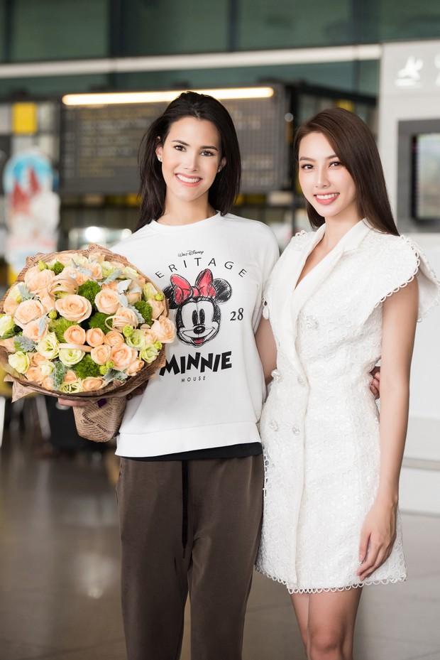 Đương kim Hoa hậu Quốc tế mặc giản dị, khoe nhan sắc nghiêng nước nghiêng thành tại sân bay Việt Nam - Ảnh 8.
