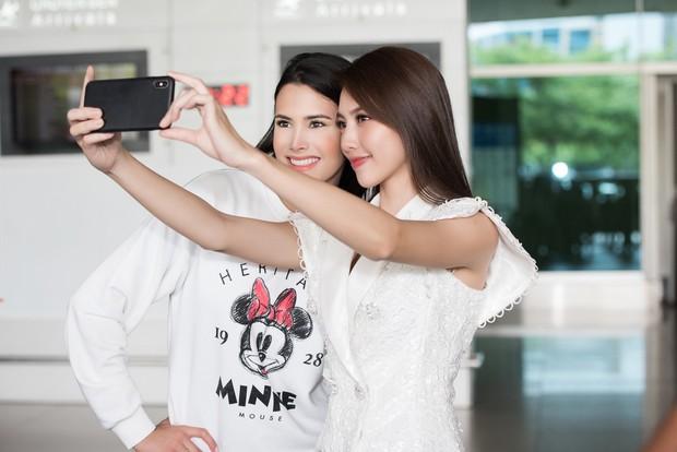 Đương kim Hoa hậu Quốc tế mặc giản dị, khoe nhan sắc nghiêng nước nghiêng thành tại sân bay Việt Nam - Ảnh 7.