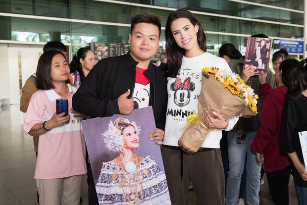 Đương kim Hoa hậu Quốc tế mặc giản dị, khoe nhan sắc nghiêng nước nghiêng thành tại sân bay Việt Nam - Ảnh 4.