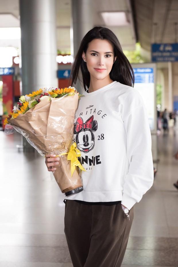 Đương kim Hoa hậu Quốc tế mặc giản dị, khoe nhan sắc nghiêng nước nghiêng thành tại sân bay Việt Nam - Ảnh 3.