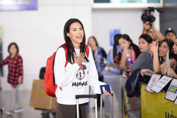 Đương kim Hoa hậu Quốc tế mặc giản dị, khoe nhan sắc nghiêng nước nghiêng thành tại sân bay Việt Nam - Ảnh 2.