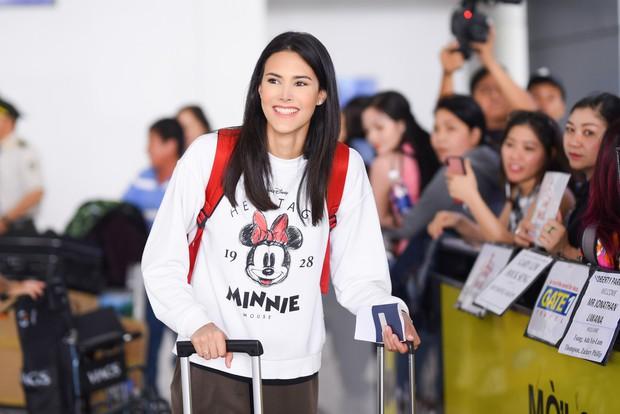 Đương kim Hoa hậu Quốc tế mặc giản dị, khoe nhan sắc nghiêng nước nghiêng thành tại sân bay Việt Nam - Ảnh 1.
