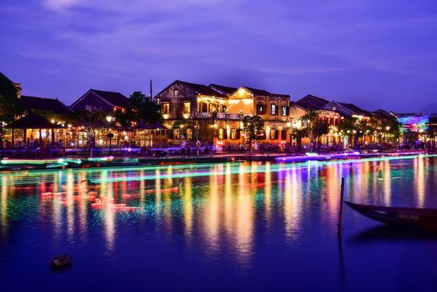 Trên sông Hoài ở Hội An, Sơn Tùng đăng story đi thuyền đêm lung linh làm fan chỉ ước được là người ngồi đối diện - Ảnh 12.