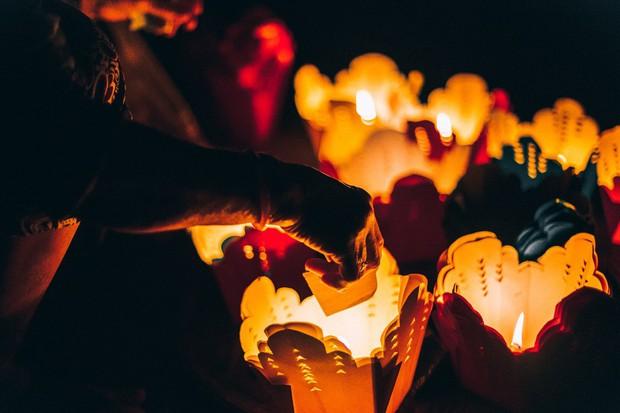 Trên sông Hoài ở Hội An, Sơn Tùng đăng story đi thuyền đêm lung linh làm fan chỉ ước được là người ngồi đối diện - Ảnh 10.