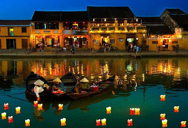 Trên sông Hoài ở Hội An, Sơn Tùng đăng story đi thuyền đêm lung linh làm fan chỉ ước được là người ngồi đối diện - Ảnh 9.