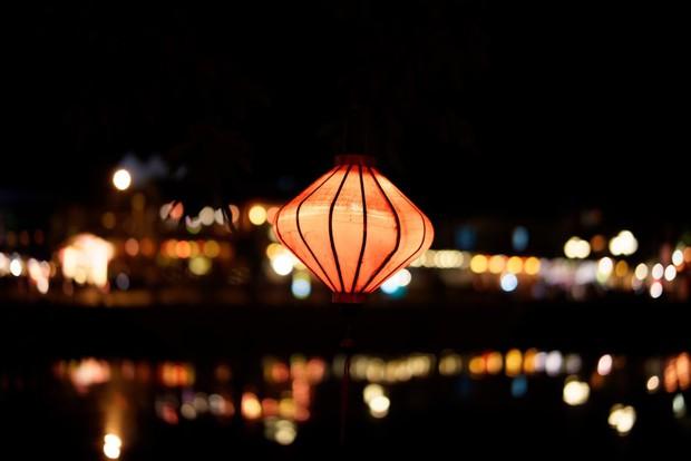 Trên sông Hoài ở Hội An, Sơn Tùng đăng story đi thuyền đêm lung linh làm fan chỉ ước được là người ngồi đối diện - Ảnh 7.