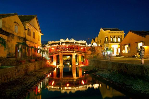 Trên sông Hoài ở Hội An, Sơn Tùng đăng story đi thuyền đêm lung linh làm fan chỉ ước được là người ngồi đối diện - Ảnh 8.