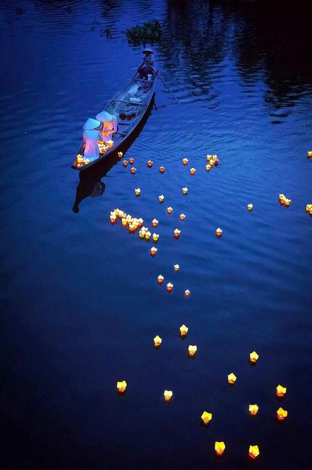 Trên sông Hoài ở Hội An, Sơn Tùng đăng story đi thuyền đêm lung linh làm fan chỉ ước được là người ngồi đối diện - Ảnh 11.