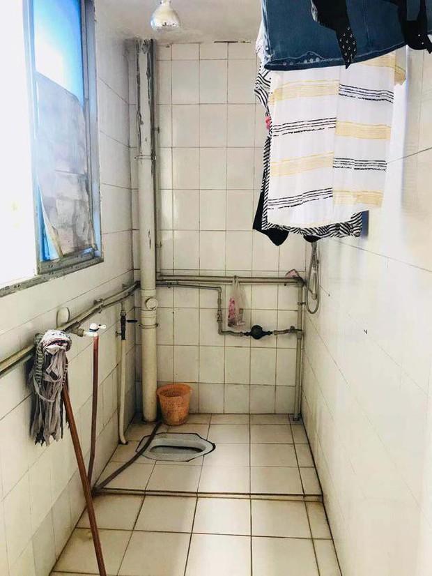 Đang tắm thì nghe giọng nói quen quen, cô gái không ngờ nó phát ra từ camera quay lén của ông lão chủ trọ - Ảnh 1.