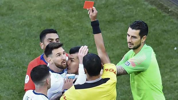 LĐBĐ Nam Mỹ tăng án phạt Messi lên hàng chục lần sau khi bị dân mạng chế giễu: Tiền phạt còn không bằng tiền ăn sáng của các con Messi - Ảnh 1.