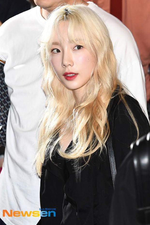 Loạt sao SM đổ bộ sân bay, Taeyeon ăn thịt đường tăng đến đẳng cấp nào mà đọ được với cả nữ thần Irene? - Ảnh 1.