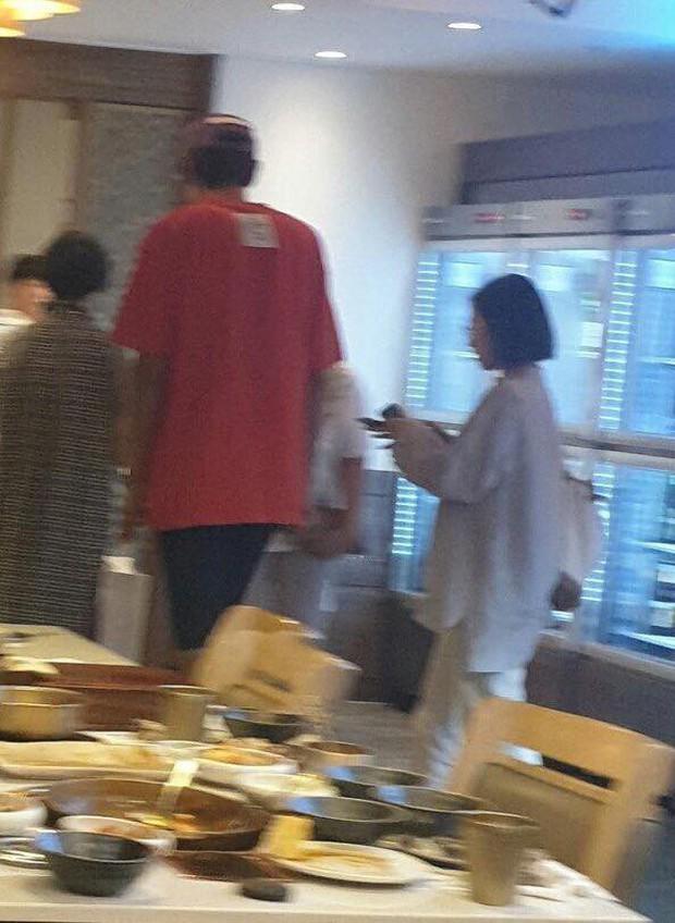 """Lee Kwang Soo """"trốn"""" bạn gái đi hẹn hò với cô bạn thân nấm lùn Park Bo Young - Ảnh 2."""