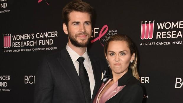 Những khoảnh khắc của các cặp sao Hollywood khiến fan phải đỏ mặt: Justin, Miley chưa gây sốc bằng vợ chồng Cardi B - Ảnh 2.
