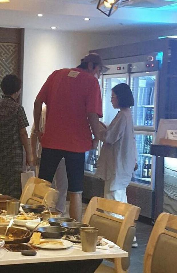 """Lee Kwang Soo """"trốn"""" bạn gái đi hẹn hò với cô bạn thân nấm lùn Park Bo Young - Ảnh 1."""
