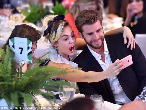 Những khoảnh khắc của các cặp sao Hollywood khiến fan phải đỏ mặt: Justin, Miley chưa gây sốc bằng vợ chồng Cardi B - Ảnh 1.