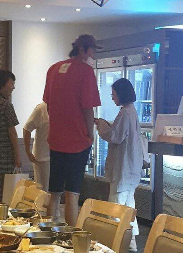 """Lee Kwang Soo """"trốn"""" bạn gái đi hẹn hò với cô bạn thân nấm lùn Park Bo Young - Ảnh 3."""