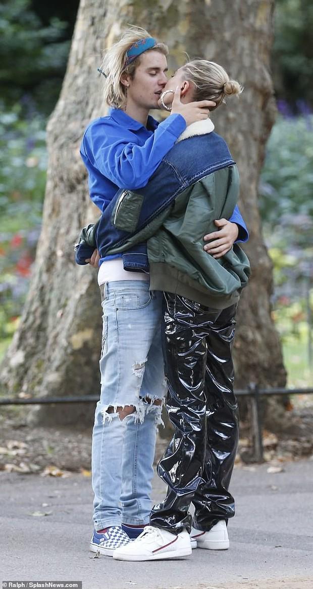 Những khoảnh khắc của các cặp sao Hollywood khiến fan phải đỏ mặt: Justin, Miley chưa gây sốc bằng vợ chồng Cardi B - Ảnh 9.
