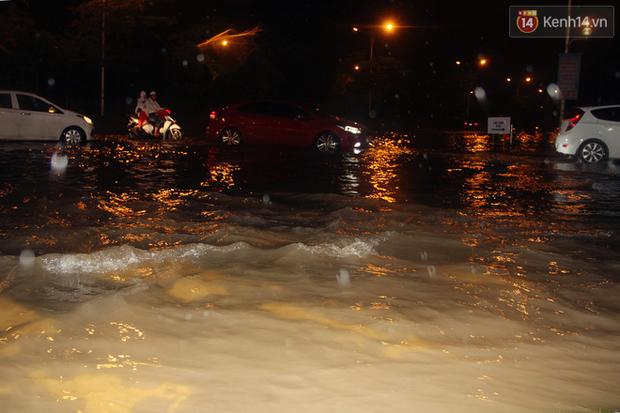 Hà Nội tiếp tục mưa lớn, đường phố ngập sâu như sông trong đêm - Ảnh 10.