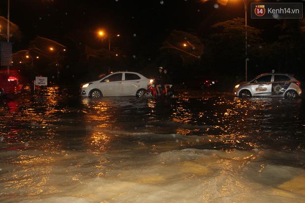 Hà Nội tiếp tục mưa lớn, đường phố ngập sâu như sông trong đêm - Ảnh 9.