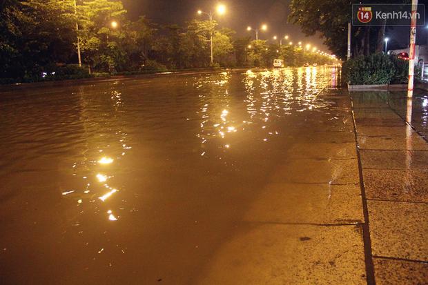 Hà Nội tiếp tục mưa lớn, đường phố ngập sâu như sông trong đêm - Ảnh 2.