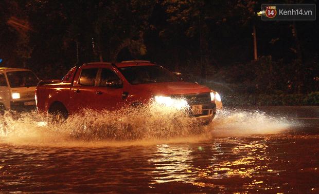 Hà Nội tiếp tục mưa lớn, đường phố ngập sâu như sông trong đêm - Ảnh 7.