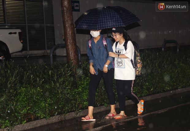 Hà Nội tiếp tục mưa lớn, đường phố ngập sâu như sông trong đêm - Ảnh 4.