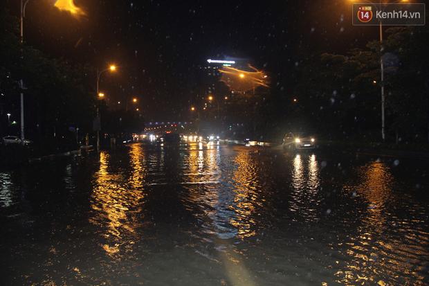 Hà Nội tiếp tục mưa lớn, đường phố ngập sâu như sông trong đêm - Ảnh 3.